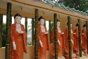 Patung Budha yang berbaris mengelilingi kuil utama