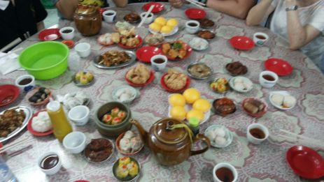 Meja penuh dengan hidangan nikmat