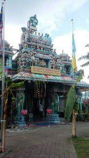 Kuil Hindu dengan ciri khas patung dan ukirannya