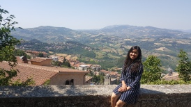 Si nyonya berpose pas baru nyampe di San Marino