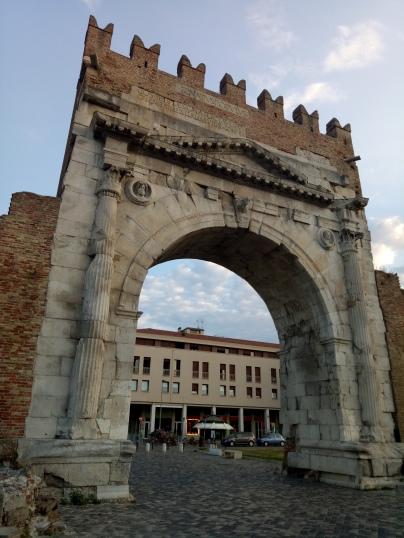 Gerbang ini masih menjadi pintu masuk menuju pusat kota Rimini