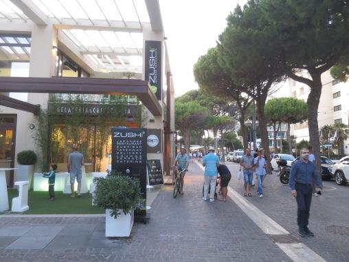 Suasana di sepanjang pantai Rimini, yang rada mirip Kuta Bali