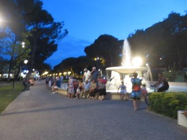 Piazza dengan air mancur ini banyak dikunjungi disaat senja tiba