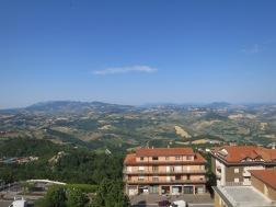 Pemandangan dari lapangan parkir bis di San Marino