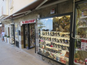 Toko souvenir yang menjual senjata api