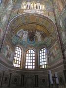 Mosaik Yesus di kubah gereja ini tidak memiliki janggut, alias clean-shaved. Gambaran ini umum ditemui di lukisan atau mosaik ala Byzantium