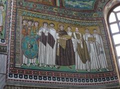 Kaisar Justinian dan para pemimpin militer dan uskup Ravenna. Pria bewokan disamping Kaisar Justinian adalah Belisarius,jendral andalan kekaisaran Byzantium