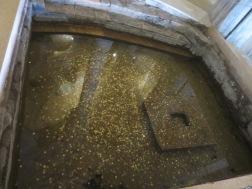 kolam baptis yang menarik perhatian pengunjung untuk melempar koin