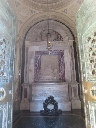 Interior Makam Dante dengan lampu minyak yang disponsori oleh Pemerintah kota Florence