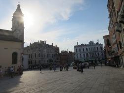 Piazza yang mulai sepi