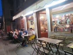 Salah satu restoran di Venesia tempat kami makan.Harganya mahal namun apa boleh buat,laper.