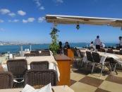 Meja makan kami yang menghadap Laut Marmara