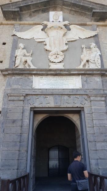Pintu gerbang masuk Castel San't Elmo dengan ornamen ala Eropa