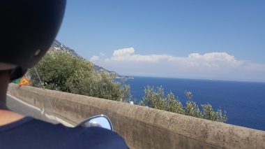 Pemandangan di sepanjang jalur Amalfi Coast