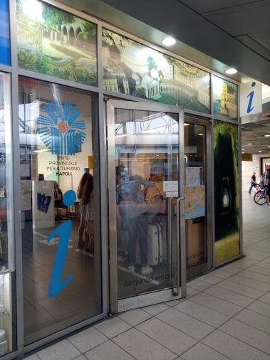kantor layanan turis,yang menjual kartu Campania Artecard