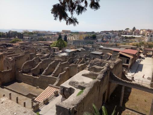 Reruntuhan Herculaneum dilihat dari atas ramp