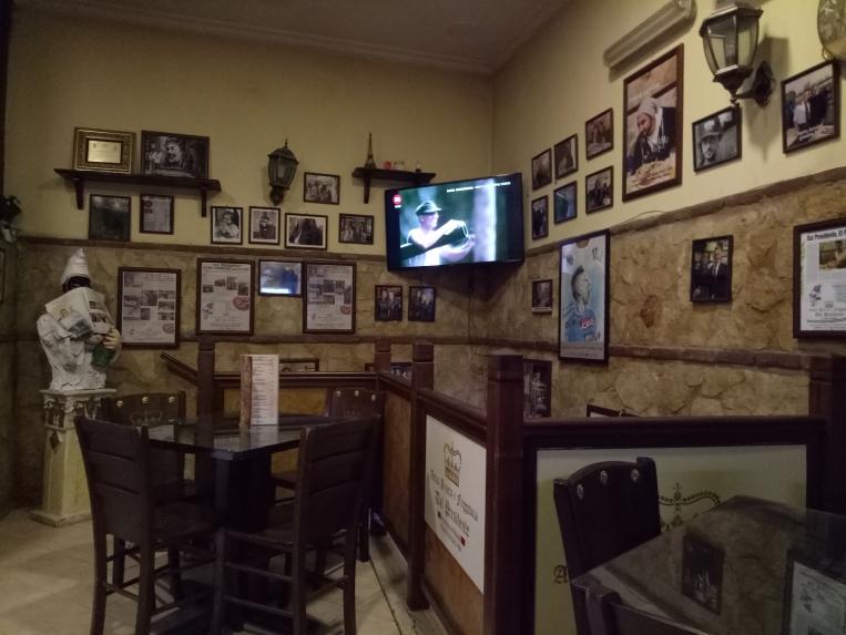 Pizzeria Dell Presidente dengan foto-foto selebriti yang pernah berkunjung di sini.