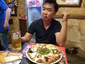 Pizza spesial dengan keju dimana-mana