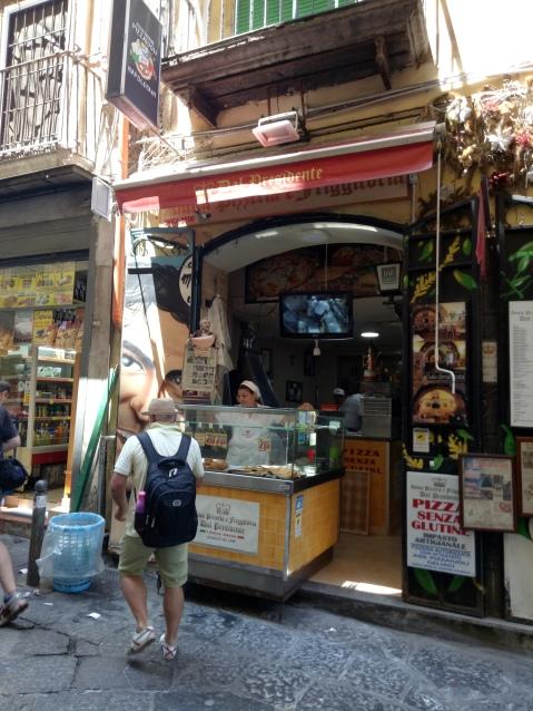 Tampak depan Pizzeria Del' Presidente yang sederhana