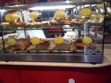Fritta, atau makanan gorengan, ini lazim ditemui di Italia Selatan. Selain harganya murah, makanan ini juga lumayan mengenyangkan.
