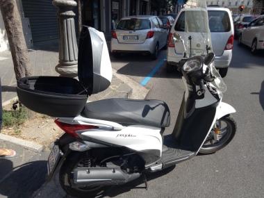 Motor bebek yang kami sewa di Salerno