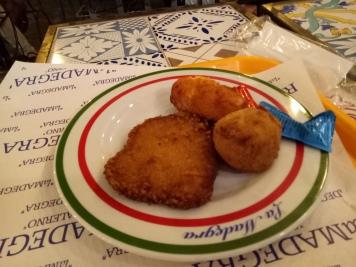 Makan malam saya di Salerno, steak ayam goreng, arancini (bola nasi isi daging) dan suppli (bola nasi isi keju)