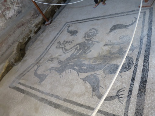mosaik Triton dan hewan laut di pemandian ala romawi