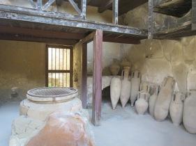 Kumpulan aphorae dan gentong yang berisi anggur dulunya.