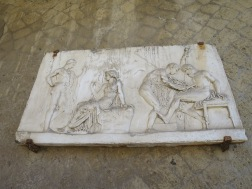ukiran marmer yang menggambarkan kehidupan masyarakat Herculaneum