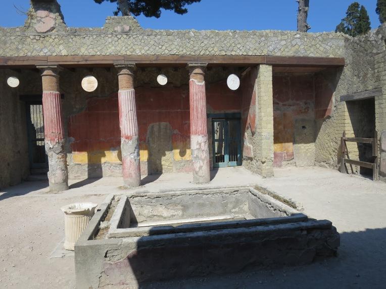 Salah satu bagian villa yang catnya masih utuh.Bangsa Romawi ternyata menyukai warna pastel