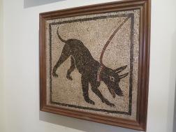 """Mosaik :awas anjing galak"""" yang asli. Tiruannya sekarang ada di Pompeii"""