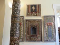 Mosaik-mosaik terbaik di Pompeii sekarang berada di Museum Naples