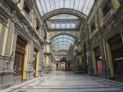 Pusat perbelanjaan dengan gaya Neo Klasikal