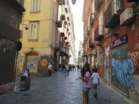 Salah satu jalan di Naples lengkap dengan grafitinya