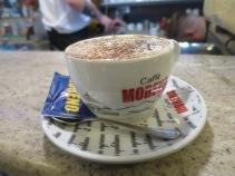 Cappuccino di Bar Nilo, cuma 1.5 euro saja