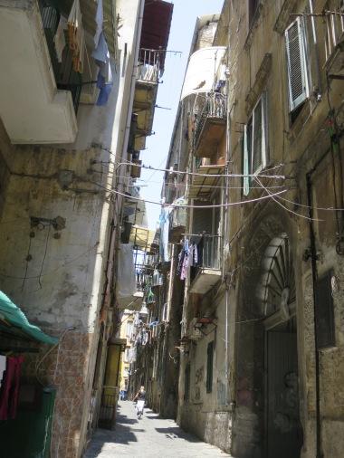 Gang-gang sempit dengan tali jemuran ini adalah gambaran umum kehidupan masyrakat Napoli di kawasan Spanish Quarter