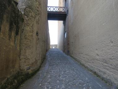 Jalan berbatu yang menanjak bikin kaki pegel