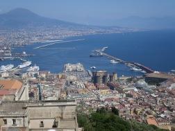 Pemandangan Teluk Naples dan beberapa landmark terkenal seperti Castel Dell Ovo dan Royal Palace terlihat nun jauh disana