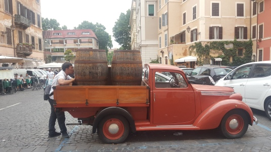 Truk dengan dua barel anggur ini merupakan icon Carlo Menta