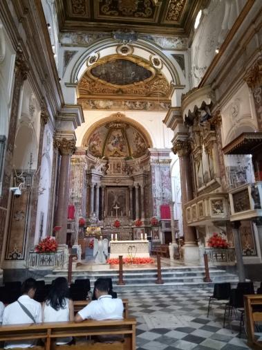 Bagian dalam gereja dengan arsitektur Neo Baroque