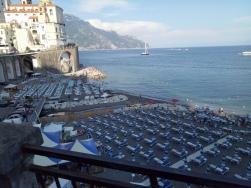 Ramainya pantai di Amalfi