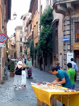 Jalan-jalan di Roma yang klasik ini merupakan daya tarik wisata tersendiri