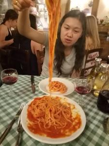 Si Nyonya berjuang membagi Spaghetti Amatriciana