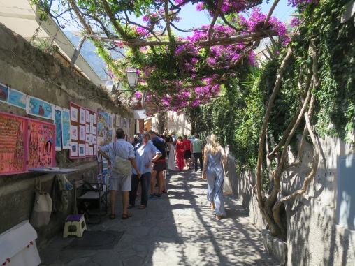 Lorong di Positano yang ramai dengan penjual souvenir