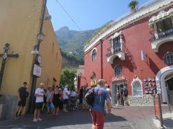 Kerumunan turis menunggu bis