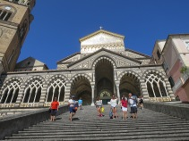 Perhatikan corak bangunan gereja yang merupakan campuran berbagai budaya