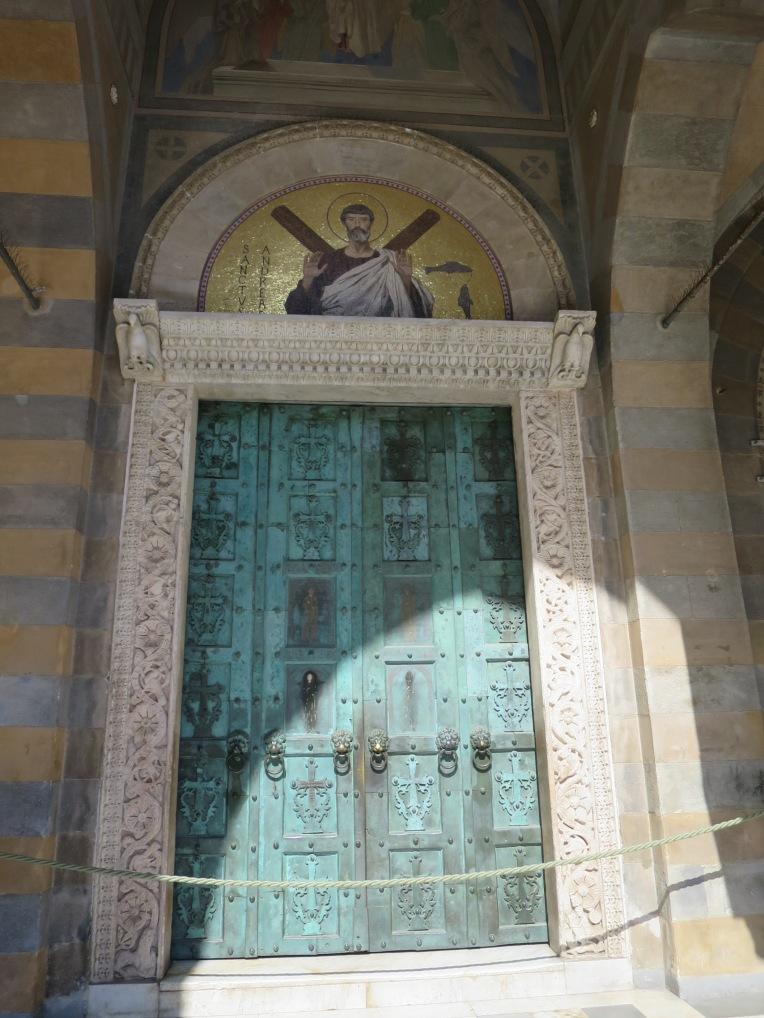 Pintu gereja yang dibuat dari tembaga ini didatangkan dari Constantinople