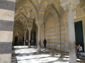 tiang dan lengkung yang mirip dengan istana Al Hambra di Andalucia