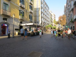 Jalan utama dekat marina