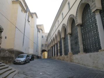 Lengkungan di bangunan gereja yang terpengaruh budaya Arab